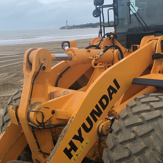 hyundai-hl970-wheel-loader-on-the-beach