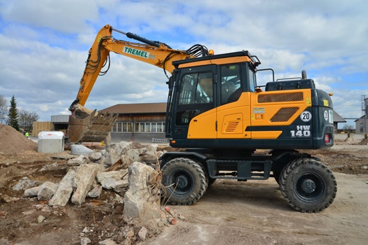 Hyundai HW140 wheeled excavator loading demolition material in Ornbau.